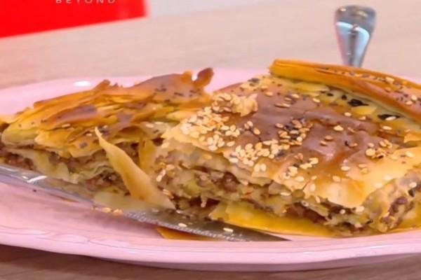 Πικάντικη πίτα με κιμά, λουκάνικα και κανέλα! (Video)