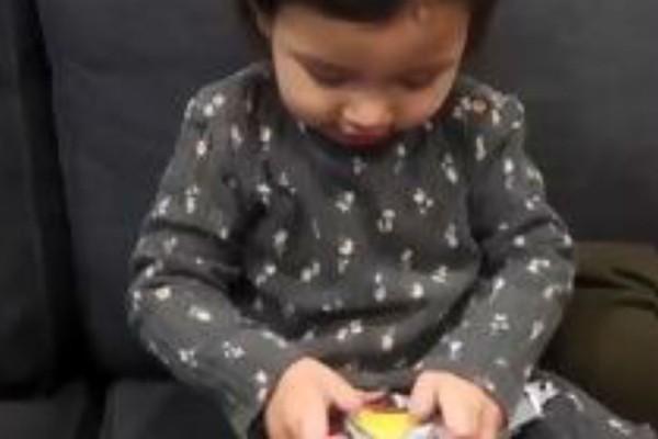 Έκαναν δώρο σε ένα 2χρονο κοριτσάκι μια μπανάνα! Η αντίδραση της θα σας κάνει να δακρύσετε από τα γέλια!