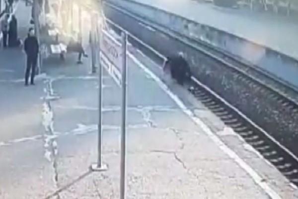 Σοκ στη Ρωσία: Άνδρας έπεσε στις γραμμές του τρένου!