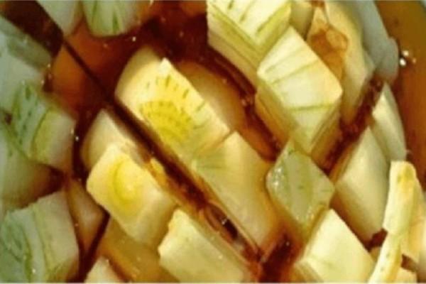 Βάζει σε μια κούπα μέλι, κρεμμύδια και λεμόνι - Αυτό που φτιάχνει είναι ένα σπιτικό θαύμα που θα σας σώσει!