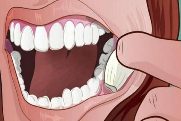 Βάζει μια σκελίδα σκόρδου στο στόμα της και την κρατάει για λίγα λεπτά. Τα αποτελέσματα είναι θαυματουργά!