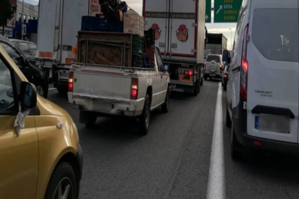 Τροχαίο στην εθνική οδό Αθηνών-Κορίνθου: Συγκρούστηκε φορτηγό με αυτοκίνητο!