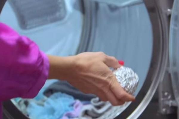 Έβαλε μια μπάλα αλουμινόχαρτο στο πλυντήριο! Μόλις δείτε το αποτέλεσμα θα τρέξετε να το κάνετε!