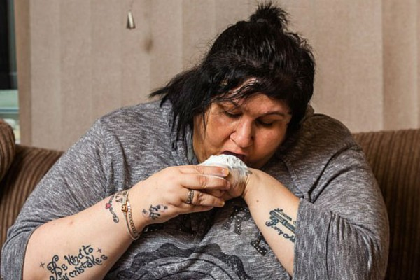 Αυτή η μητέρα είναι εθισμένη στο τάλκ εδώ και 15 χρόνια! Μπορεί να φάει ένα ολόκληρο μπουκάλι μέσα σε μια μέρα!