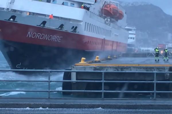 Τρομερό θρίλερ με πλοίο! Πάλευε να δέσει και προσέκρουσε στο λιμάνι! (video)