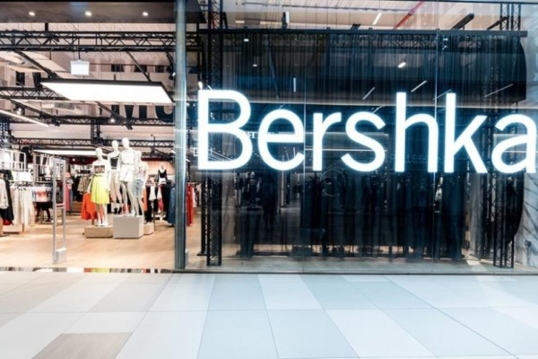 Bershka: Το φούτερ που μας θύμισε τα παιδικά μας χρόνια είναι σε έκπτωση και κοστίζει μόλις 12,99€!