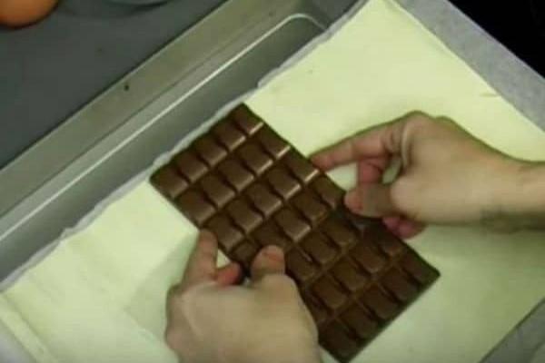 Βάζει κομματάκια σοκολάτας πάνω στη ζύμη...Δεν φαντάζεστε τι φτιάχνει μετά από λίγο!
