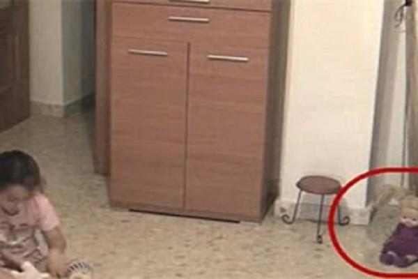 Γονείς τοποθέτησαν κρυφή κάμερα στο δωμάτιο της κόρης όταν έπαιζε αντίκρισαν κάτι σοκαριστικό  -  Προσέξτε την κούκλα στα δεξιά και θα σας σηκωθεί η τρίχα (video)