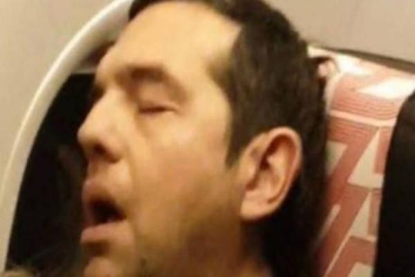 Viral: Έβγαλε φωτογραφία τον Τσίπρα να κοιμάται και την ανέβασε στο διαδίκτυο!