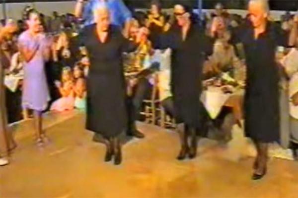 Μερακλούδες γιαγιάδες το ρίχνουν στο χορό! Όταν δείτε τη έκανε η μία από αυτές θα πάθετε πλάκα!