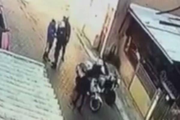 Βίντεο σοκ: Αστυνομικός της ομάδας ΔΙΑΣ χαστουκίζει ανήλικο αγόρι!