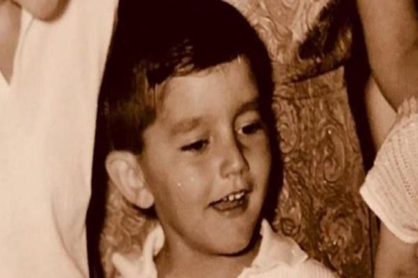 Το αγοράκι της φωτογραφίας είναι Έλληνας τραγουδιστής! Τον αναγνωρίσατε;