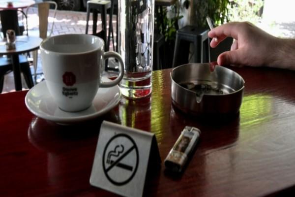 Αντικαπνιστικός νόμος: Οι καταστηματάρχες ζητούν ακύρωση της απόφασης για την απαγόρευση χρήσης καπνού!