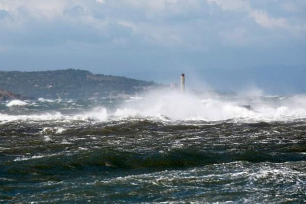 Συναγερμός στην Αρτέμιδα:  Αγνοείται κωπηλάτης στην θαλάσσια περιοχή της Λούτσας!