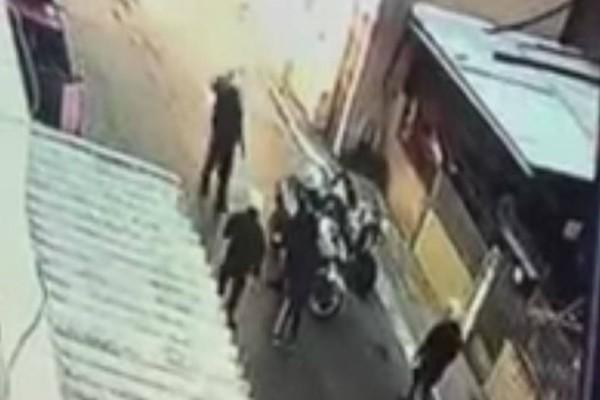 Παρουσιάστηκε ο αστυνομικός που χτύπησε τον 11χρονο στο Μενίδι! (video)