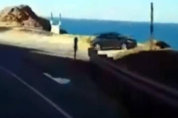 Αυτοκίνητο έκανε «βουτιά» σε γκρεμό! (Video)