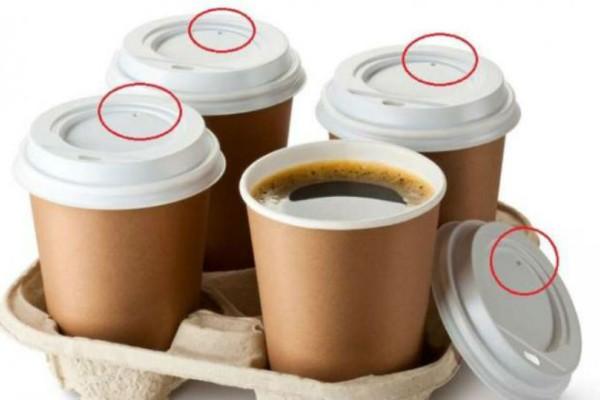Εσείς ξέρετε το λόγο που υπάρχει αυτή η μικρή τρυπούλα στο καπάκι του καφέ;