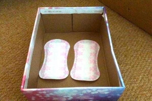 Στο κουτί παπουτσιών της κόρης της βρήκε δύο σερβιέτες...Θα σοκαριστείτε όταν μάθετε τον λόγο!