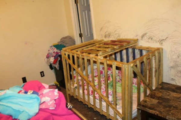 Φρίκη: Κρατούσαν παιδιά αιχμάλωτα σε κλουβιά!