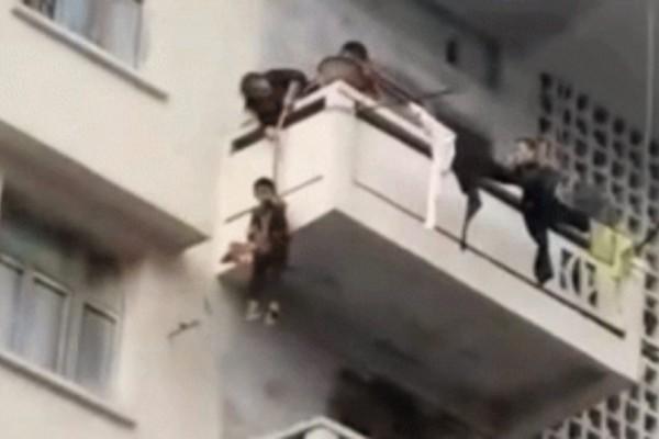 Απίστευτο: Αυτή η γιαγιά κρέμασε τον εγγονό της έξω από το μπαλκόνι για να πιάσει μια γάτα !