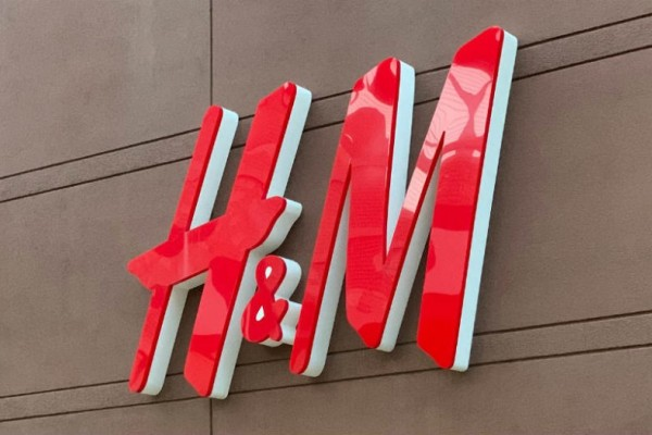 H&M: Η nude φούστα από βελούδο που θα κάνει να φαίνονται τα πόδια σου πιο ωραία από ποτέ  κοστίζει μόλις 19 ευρώ!