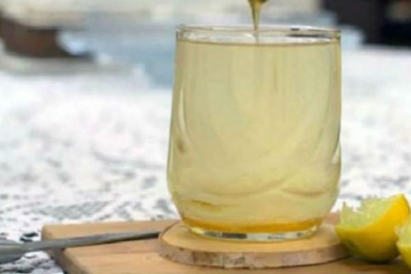 Γυναίκα έπινε ζεστό νερό με μέλι και λεμόνι για 1 χρόνο. Μόλις δείτε το αποτέλεσμα θα πάθετε σοκ!