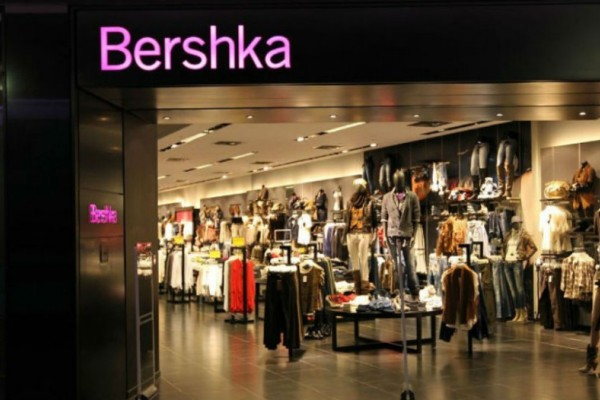 Bershka: Το ιδανικό φόρεμα για να δείχνεις αδύνατη και ελκυστική κοστίζει μόλις 15 ευρώ!