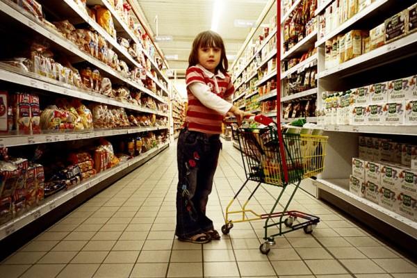 Αυτό το κοριτσάκι ψωνίζει στο σούπερ μάρκετ όταν ξαφνικά την πλησιάζει ένας άγνωστος... Αυτό που ακολούθησε θα σας αφήσει με το στόμα ανοιχτό!