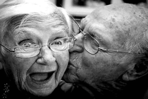 Το ανέκδοτο της ημέρας: Είναι ένας παππούς και μια γιαγιά όταν εμφανίζεται ο Χάρος μπροστά τους….
