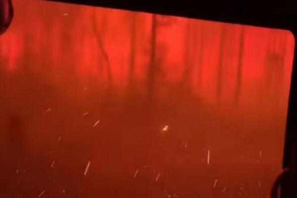 Βίντεο «κόβει» την ανάσα: Η στιγμή που φλόγες περικυκλώνουν πυροσβέστες στην Αυστραλία!