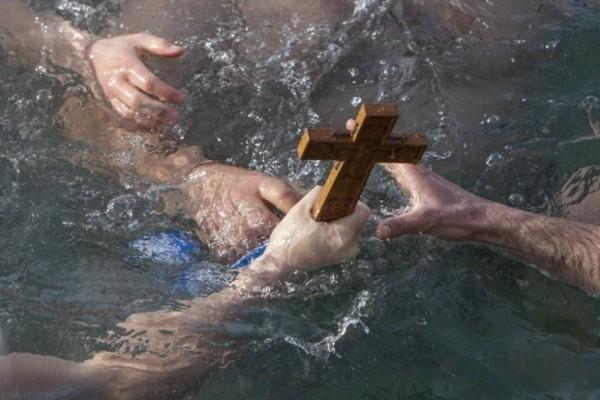 Θεοφάνεια: Αψήφησαν το τσουχτερό κρύο και βούτηξαν να πιάσουν τον σταυρό!