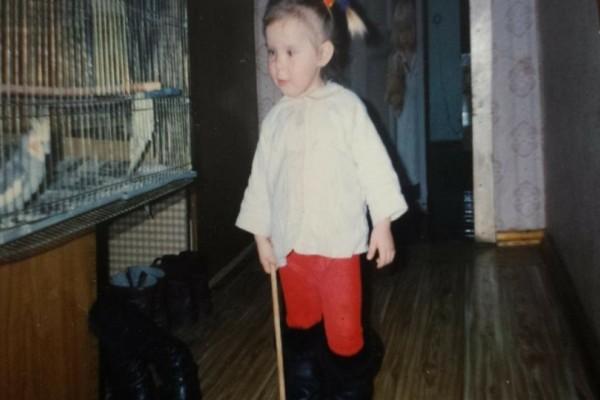 Βρήκε μια φωτογραφία από όταν ήταν μικρό κορίτσι...Αυτό που βρίσκεται από πίσω της, την έκανε να παγώσει!