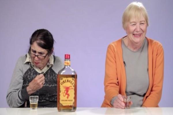 Αυτές οι γιαγιάδες δοκιμάζουν για πρώτη φορά ουίσκι με κανέλα! Μόλις δείτε την αντίδρασή τους θα πάθετε πλάκα!