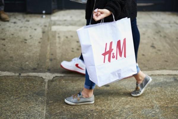 H&M: Αυτή η φούστα είναι τάση φέτος! Κοστίζει 14,99 ευρώ και ταιριάζει σε όλες!