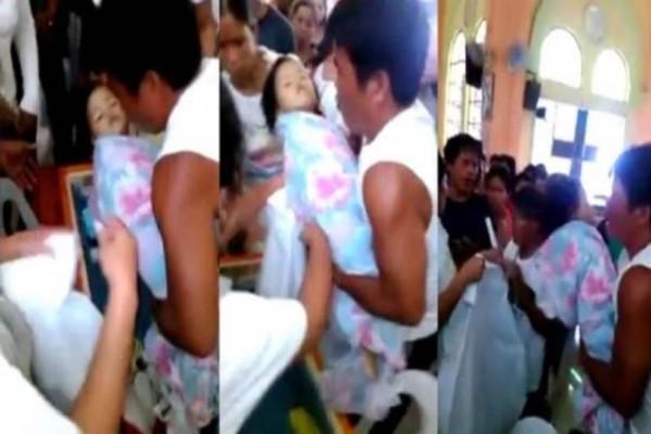 Ανατριχιαστικό βίντεο: Η στιγμή που ένα 3χρονο κοριτσάκι ξυπνά από κώμα την ώρα της κηδείας του