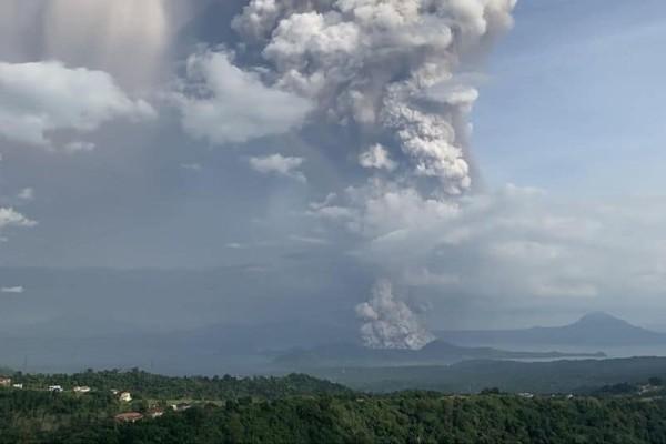Συναγερμός στις Φιλιππίνες:  «Ξύπνησε» το ηφαίστειο Ταάλ! 8.000 κάτοικοι απομακρύνονται από τα σπίτια! (Video)