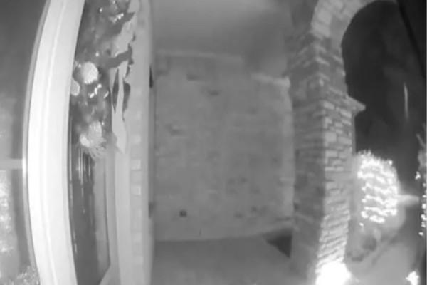 Κρυφή κάμερα κατέγραψε έναν άνδρα που έβγαινε από το σπίτι του...Αν παρατηρήσετε ποιος τον απήγαγε θα παγώσετε!