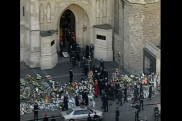 Το ανατριχιαστικό βίντεο από την κηδεία της πριγκίπισσας Νταϊάνα...Σοκάρουν τα πρόσωπα της οικογένειας!