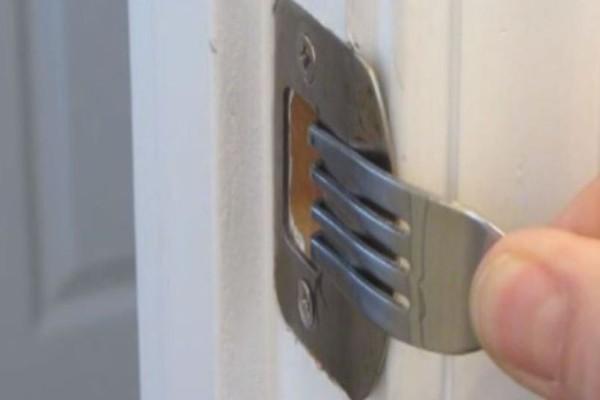 Το βίντεο με τις 26.000.000 προβολές! Βάζει ένα πιρούνι στην κλειδαριά του σπιτιού! Ο λόγος;