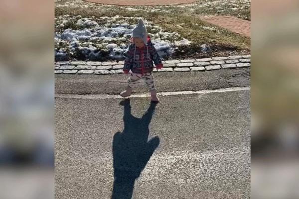 Μικρό κοριτσάκι ανακαλύπτει τη σκιά του με τη συνέχεια να είναι απολαυστική! (Video)