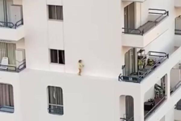 Βίντεο που «κόβει» την ανάσα: Κοριτσάκι περπατάει στο χείλος του κενού από τον 4ο όροφο!