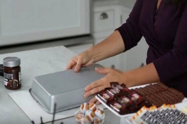 Αφήνει το ταψί αναποδογυρισμένο και μετά από λίγη ώρα το σηκώνει -  Το αποτέλεσμα; Το πιο νόστιμο γλυκό που έχετε φάει!