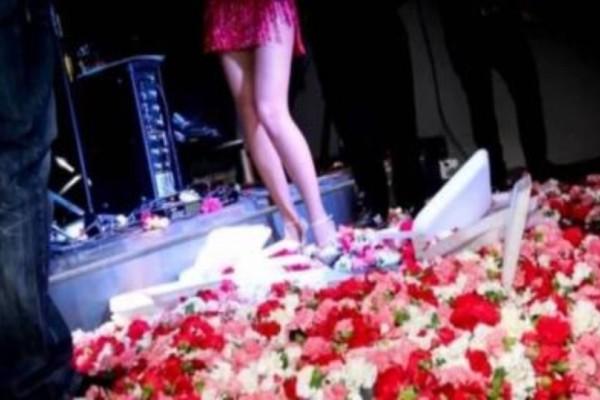 Ξυλοκόπησαν Ελληνίδα τραγουδίστρια επί σκηνής: «Με κλώτσησε στα οπίσθια και με τσίμπησε στο επίμαχο σημείο»! (photos)