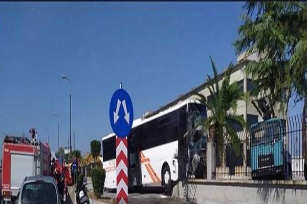 Τραγωδία: Ένας νεκρός από σύγκρουση φορτηγού με λεωφορείο ΚΤΕΛ!