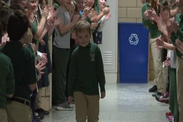 6χρονος νίκησε την λευχαιμία και η υποδοχή από τους συμμαθητές τους θα σας κάνει να «λυγίσετε»! (Video)