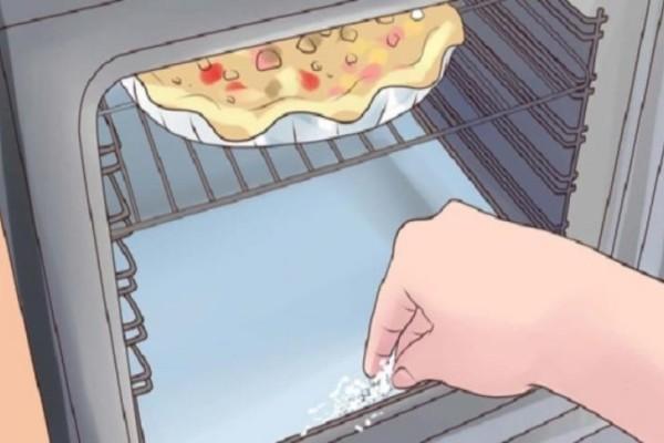Βάζει μαγειρική σόδα και ξύδι σε ένα σφουγγάρι και τρίβει τον φούρνο...Θα σας λύσει τα χέρια!