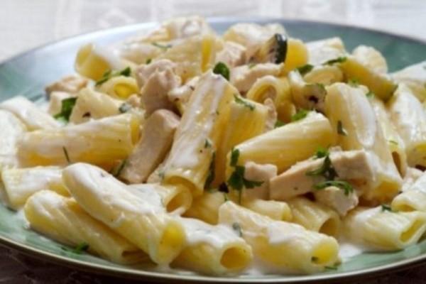 Μακαρόνια με βελούδινη λευκή σάλτσα και τρυφερό κοτόπουλο! Μια συνταγή έτοιμη σε 5' λεπτά!