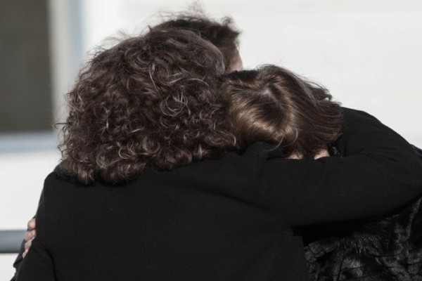 Η μάνα της Ελένης Τοπαλούδη «κατέρρευσε» στην αγκαλιά της Μάγδας Φύσσα! (photos)