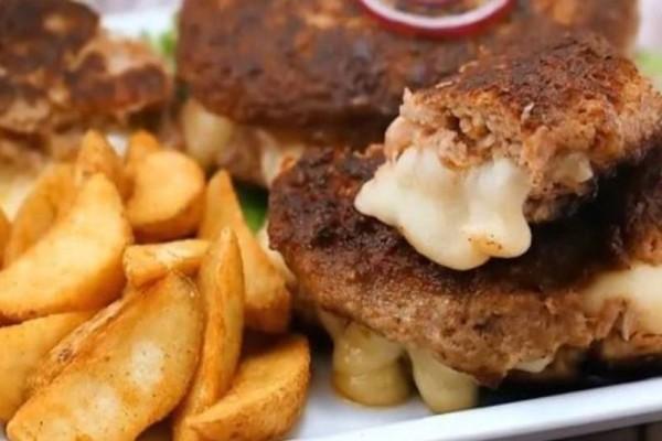 Μπιφτέκια γεμιστά με 2 τυριά και τραγανές πατάτες!