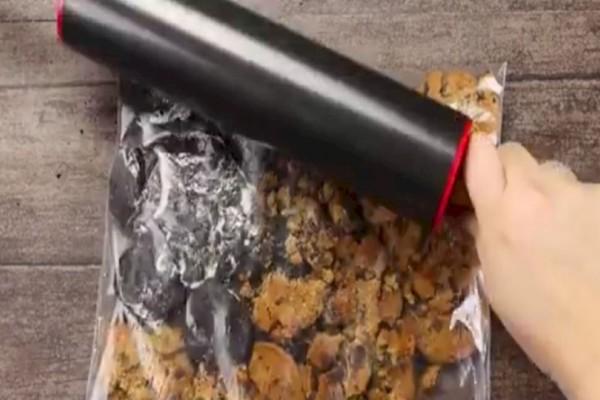 Παίρνει μια σακούλα με μπισκότα, την χτυπάει με τον πλάστη και προσθέτει ζαχαρούχο γάλα...Το αποτέλεσμα; Εξωπραγματικό!